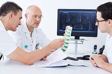 Besprechung der Fachärzte am Spine-Board