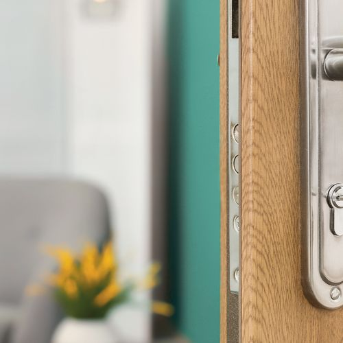 Offene Türe mit Schlüssel