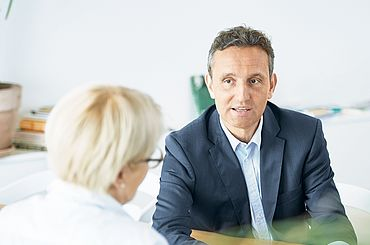 Psychiater im Gespräch mit einem Patienten