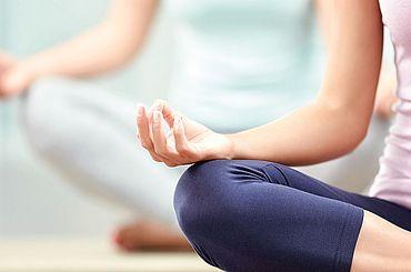 Yogauebung zur Rueckbildung nach der Geburt