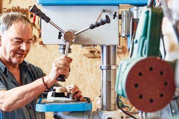 Peter Schönmann zu Huse in seiner Werkstatt