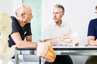 Dr. med. Patrick Hilti, Dr. med. Alexander Schug und Dr. med. Michael Bergner im Gespräch