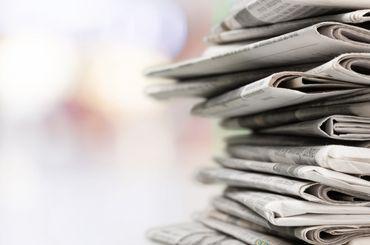 Zeitungen liegen auf einem Stapel