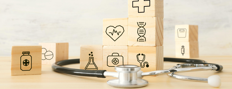 Würfel-Turm mit medizinischen Symbolen