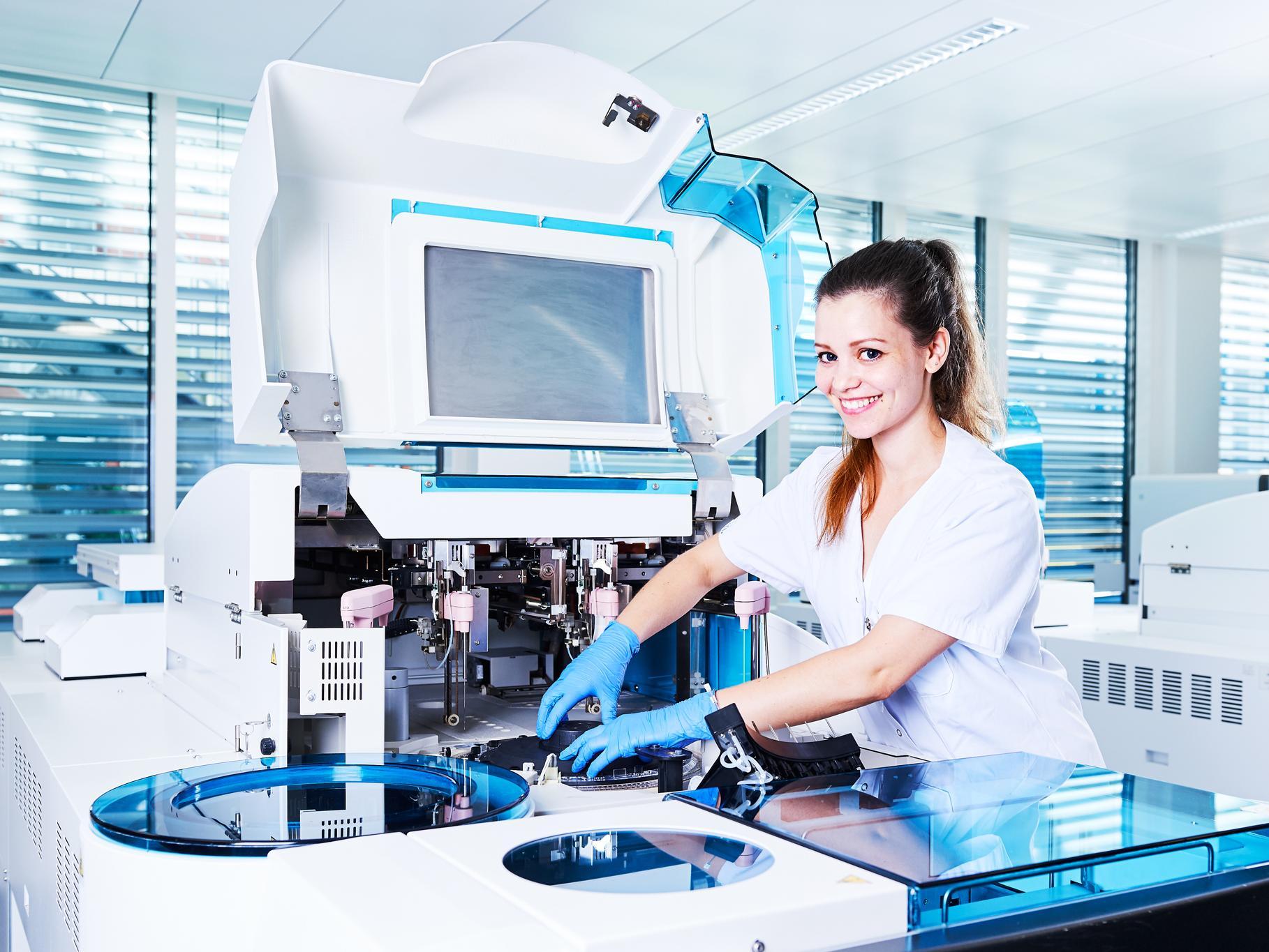 Auszubildende Dipl. Biomedizinische Analytikerin HF im Labor bei der Arbeit