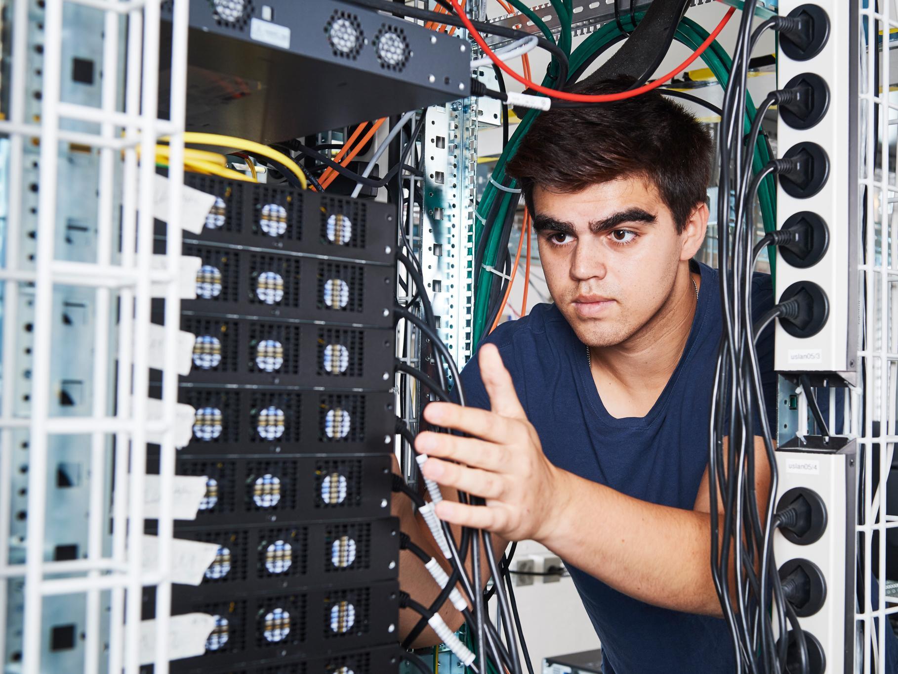 Informatiker EFZ bei der Arbeit