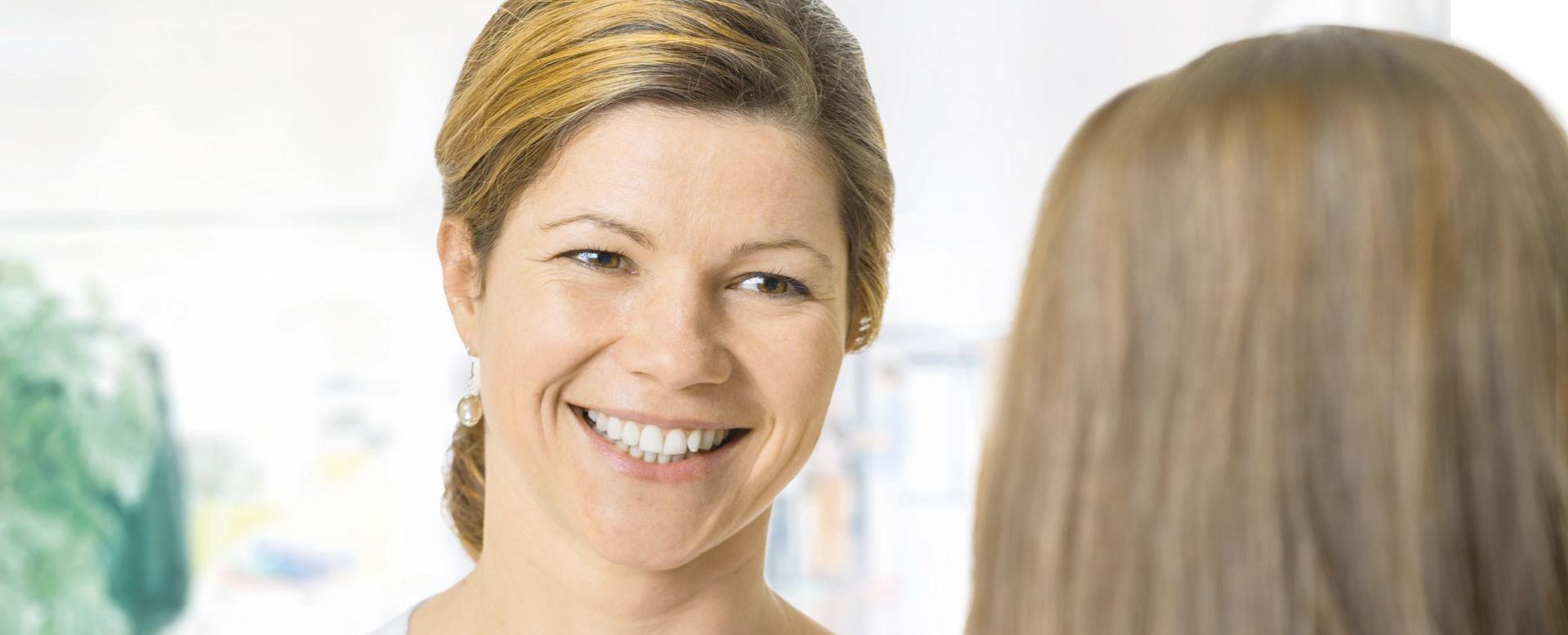 Pflegefachfrau begrüsst Patientin