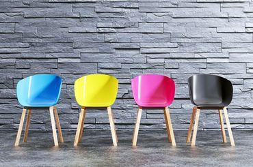 Farbige Stühle stehen in einer Reihe