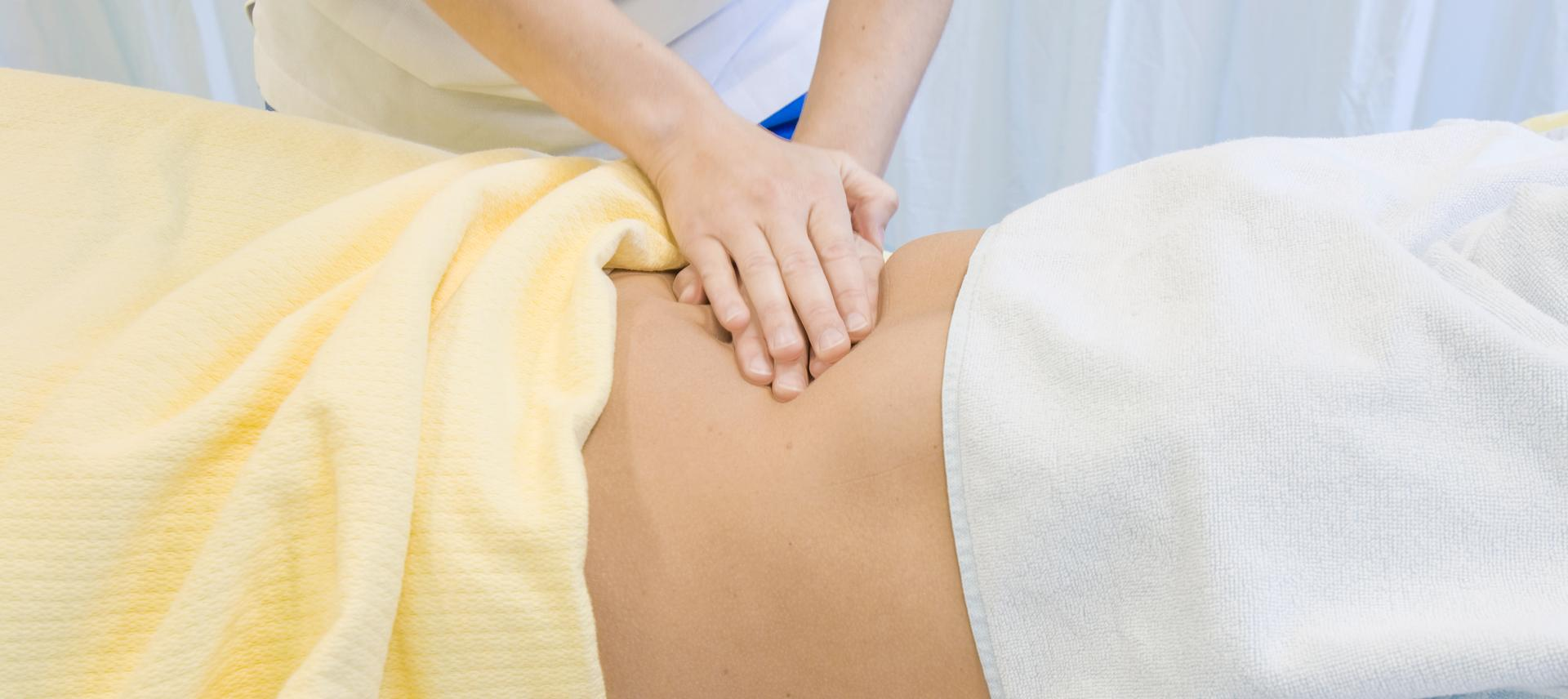 Rueckenmassage durch Physiotherapeut