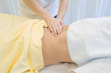 Rückenmassage durch einen Physiotherapeuten