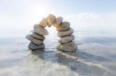 Steine bilden eine Brücke