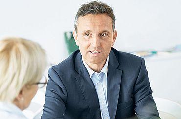 Dr. med. Manuel Moser im Gespraech mit einer Patientin