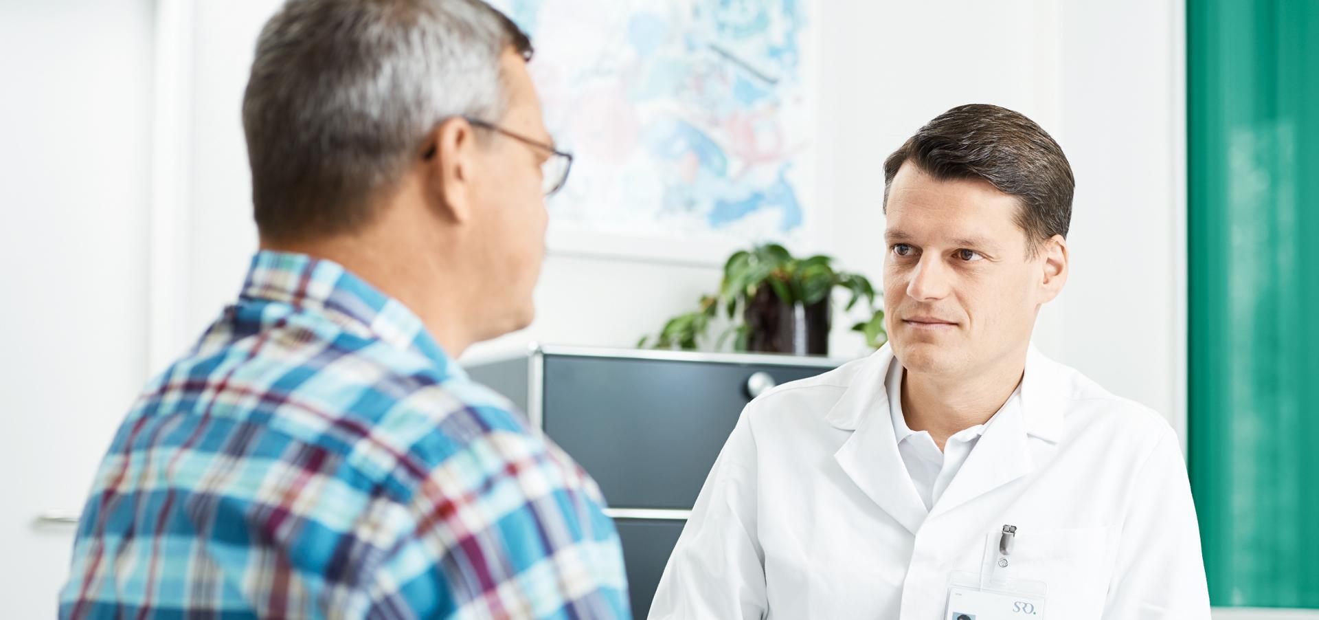 Arzt mit Patient in der Sprechstunde
