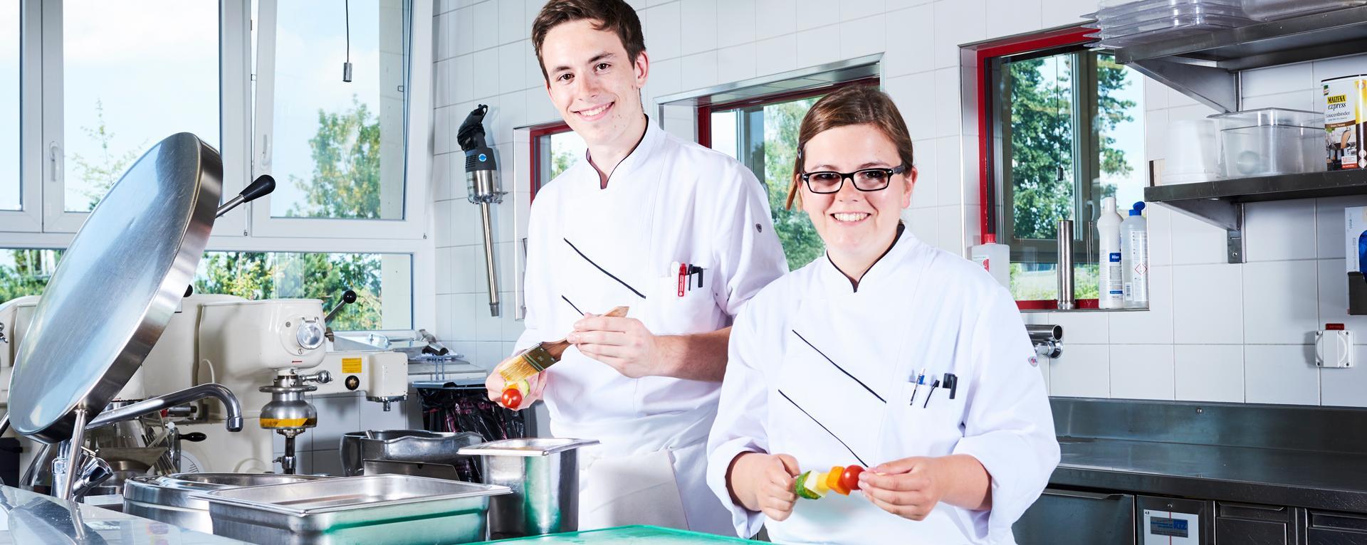 Auszubildender Koch / Auszubildende Köchin EFZ in der Küche bei der Arbeit