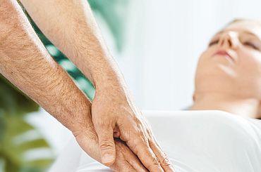 Arzt tastet Bauch einer Patientin ab
