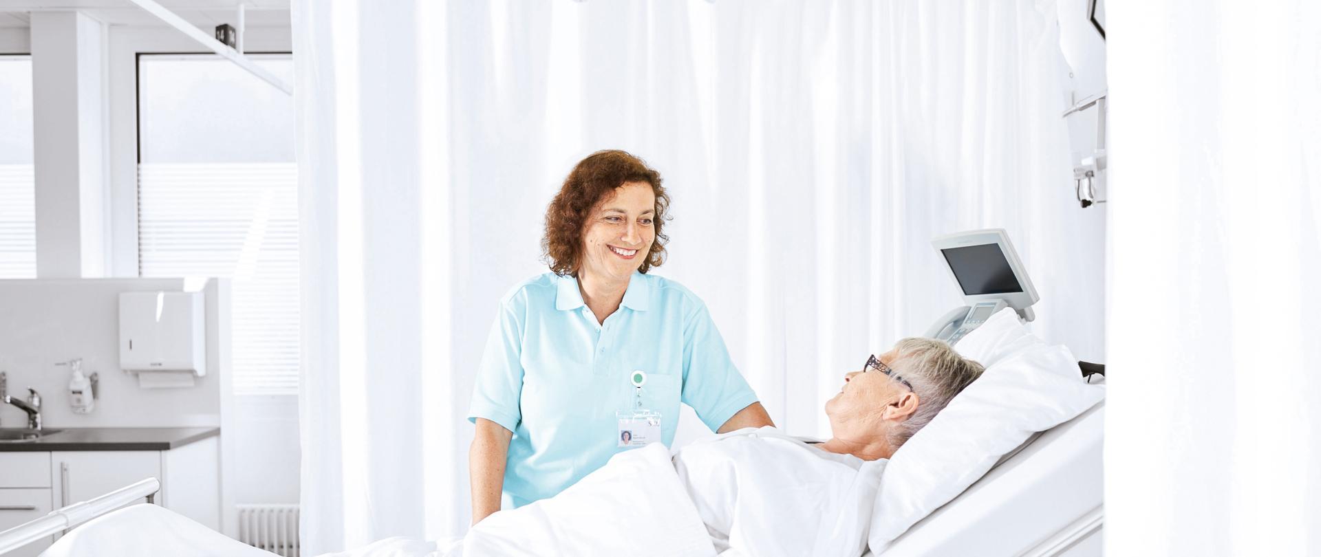 Pflegefachfrau betreut Patientin auf der Tagesklinik