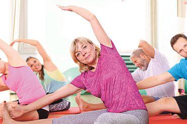 Kursteilnehmer machen Pilates