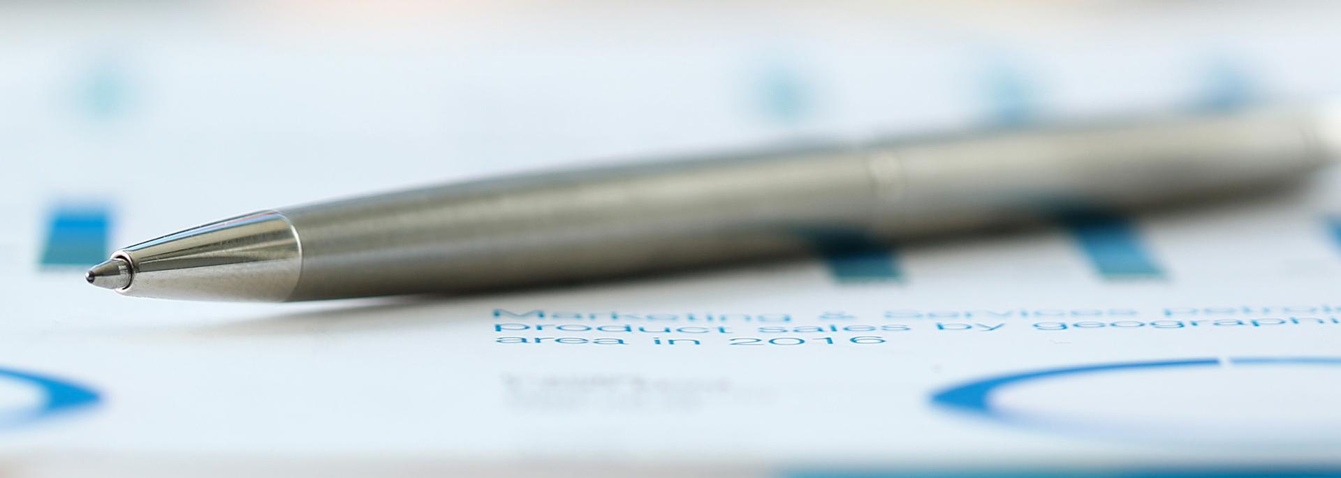 Kugelschreiber auf einem Blatt Papier
