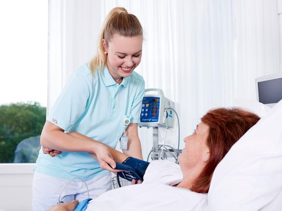 Pflegefachperson betreut Patientin