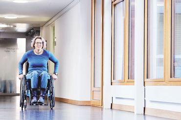 Nicole Häusler fährt im Rollstuhl durch die SRO AG