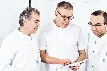 Dr. J. Angermeier, PD Dr. K. Truninger und M. Bilali Ärzte der Gastroenterologie an einer Besprechung