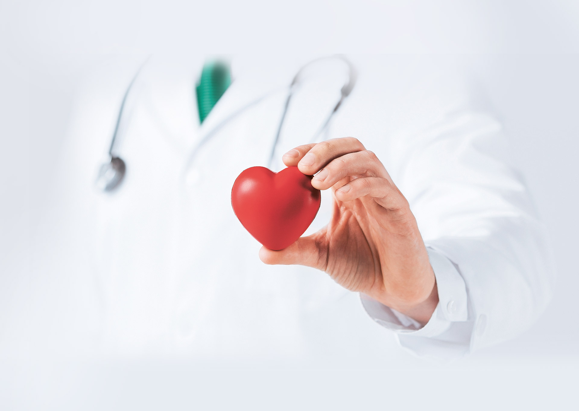 Arzt hält ein Herz in der Hand