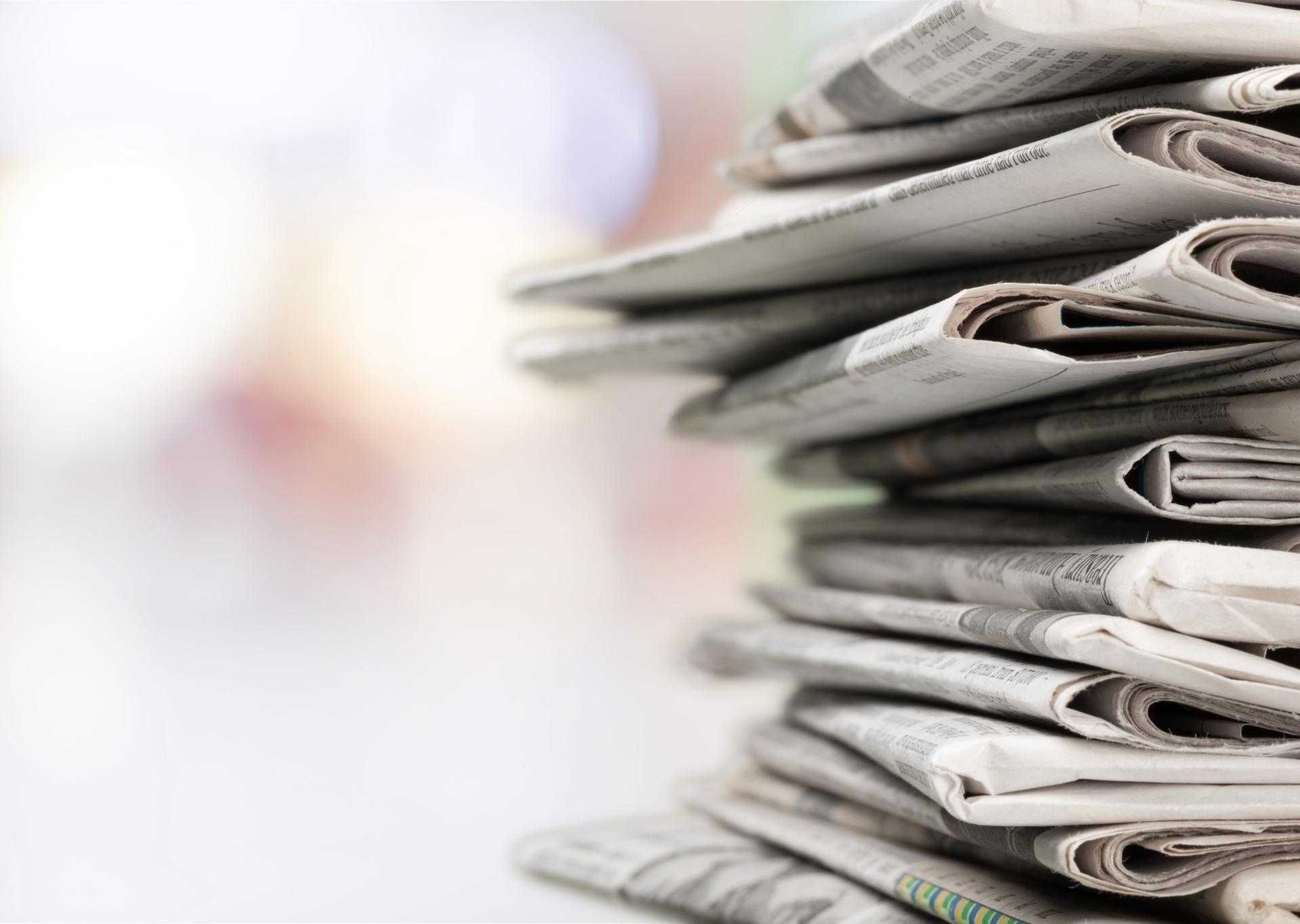 Zeitungen auf Stapel