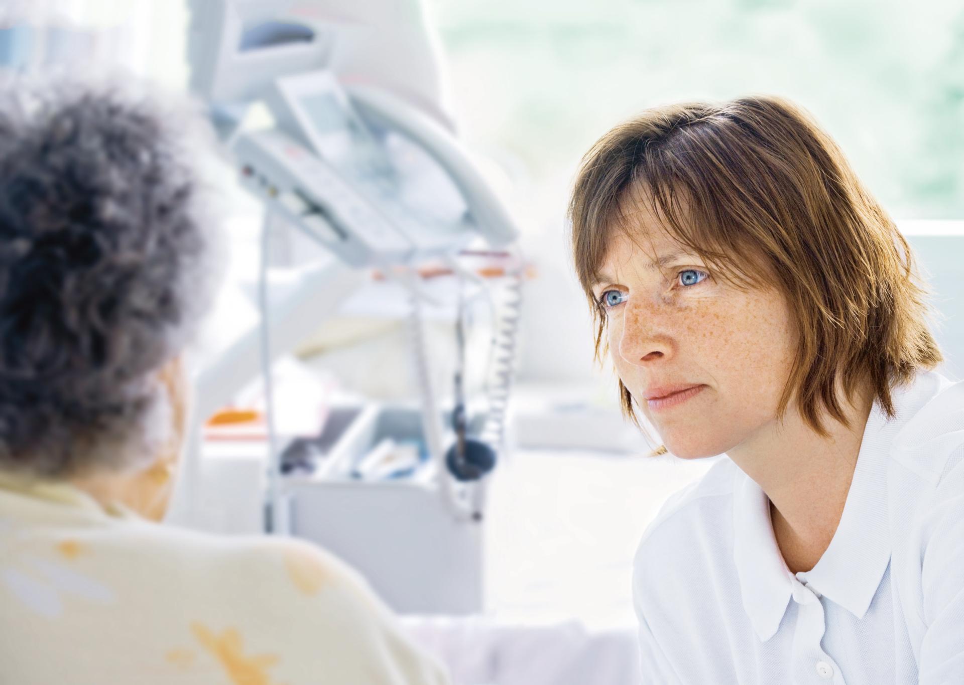 Physiotherapeutin bei der Behandlung einer Patientin