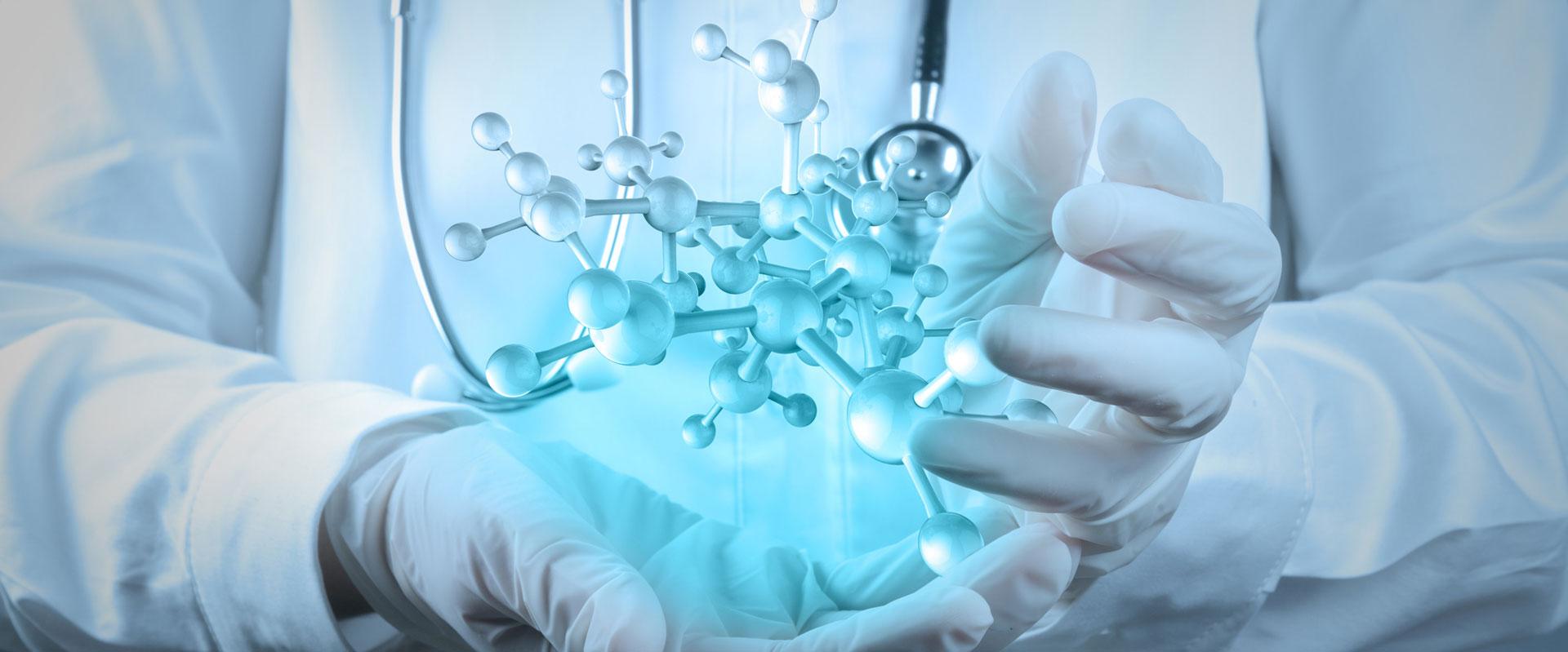 Arzt berührt mit der Hand eine virtuelle molekulare Struktur