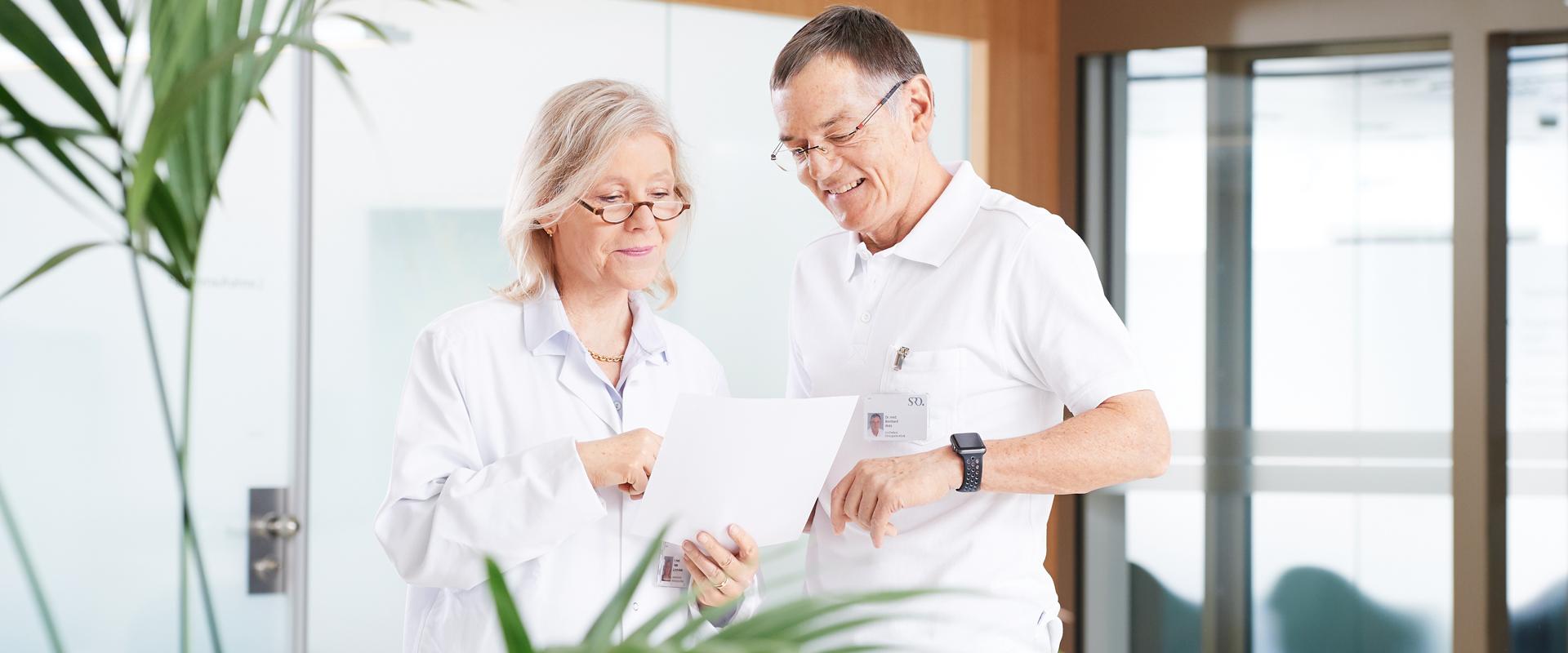 Dr. med. U. Bärtsch und Dr. med. B. Wetz in einer Besprechung