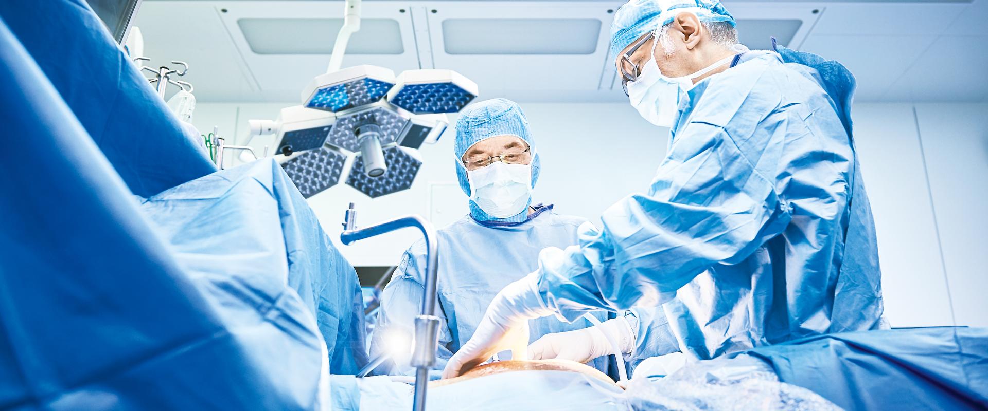 Dr. med. M. Durband und Dr. med. B. Wetz bei einer Operation