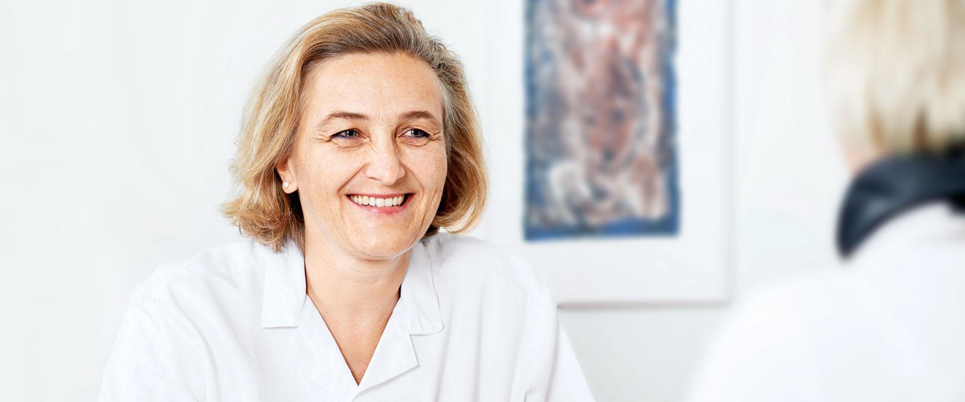 Dr. med. Dorothea Hefti im Gespraech mit einer Patientin