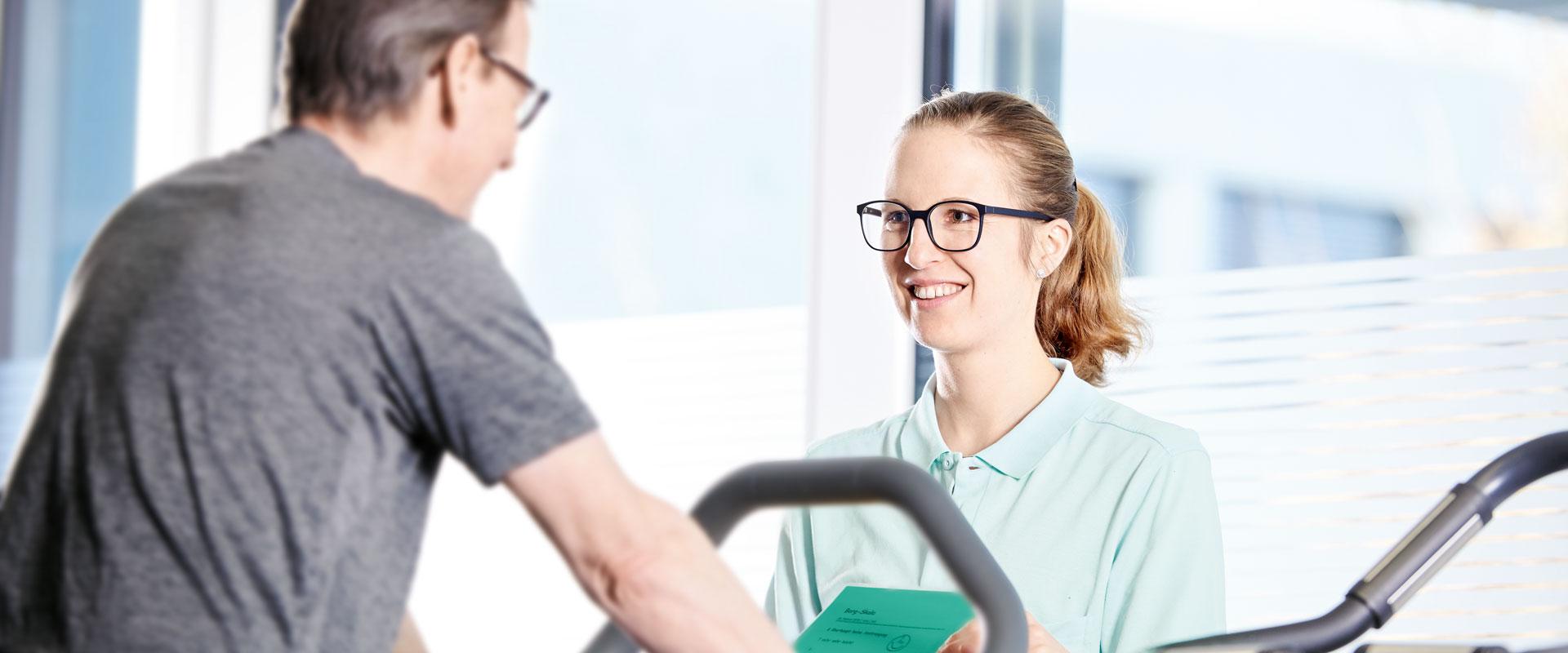 Ursina Buchmüller im Gespräch mit einem Patienten