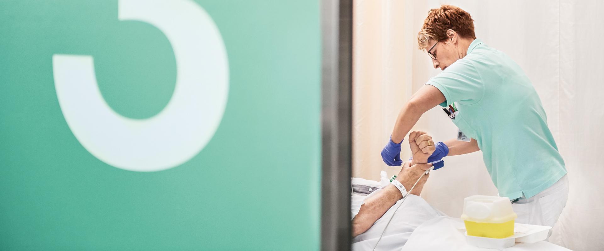 Marianne Hiltbrunner, Pflegefachfrau bei Ihrer Arbeit im Notfallzentrum