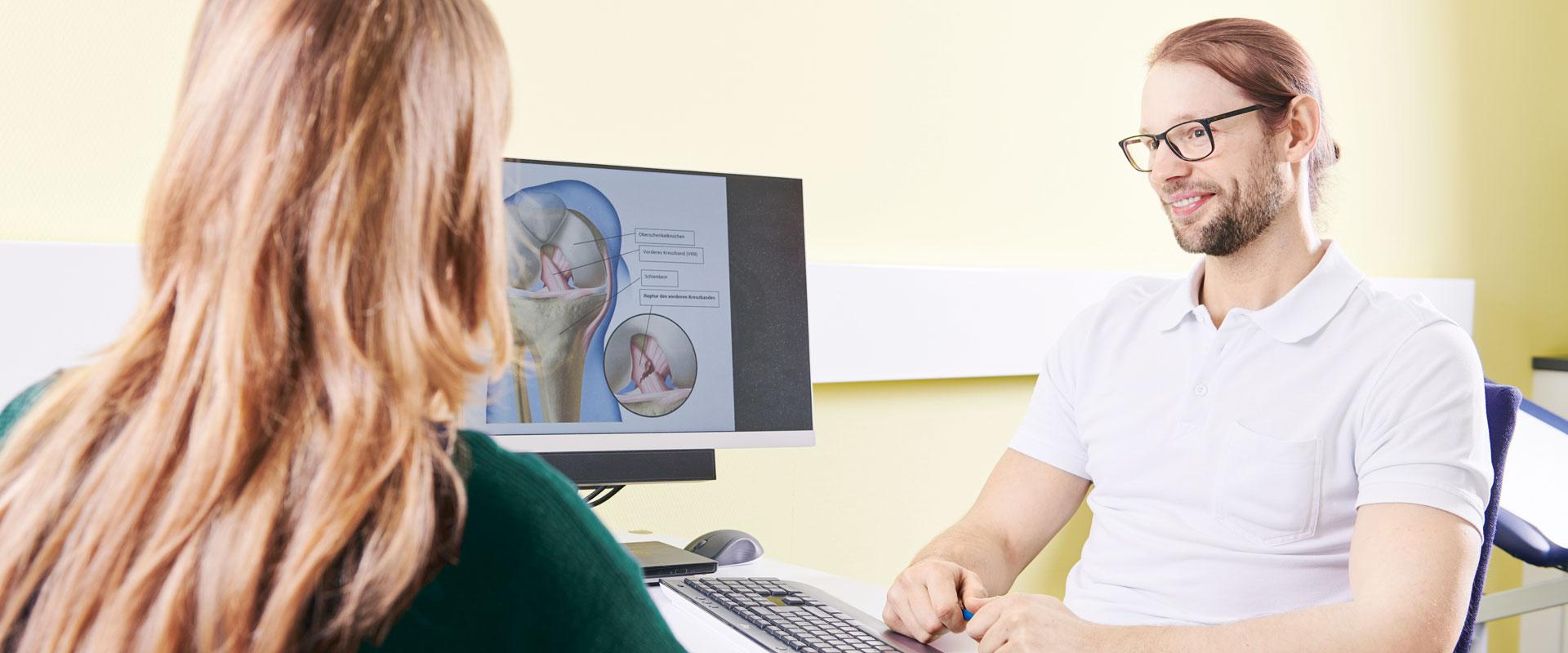 Dr. Konrad Kowalski im Gespräch mit einer Patientin