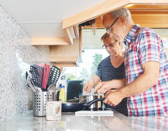 Fred. H. und seine Heidi kochen gemeinsam in der Küche