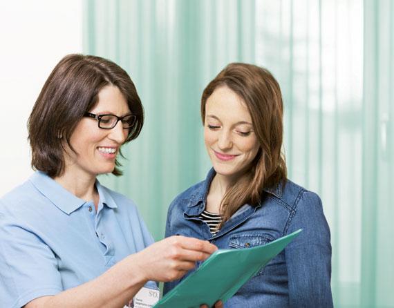 Ernährungsberaterin im Gespräch mit einer Patientin