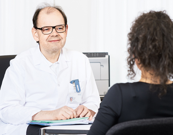 Dr. med. Thomas Künzi im Gespräch mit einer Patientin
