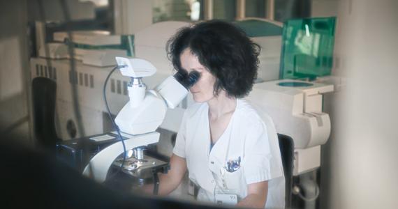 Mitarbeiterin vom Labor bei der Blutuntersuchung