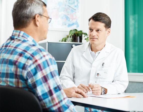 Niklas Pelzer im Gespräch mit einem Patienten
