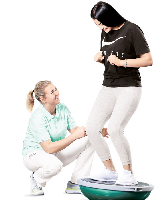 Physiotherapeutin in einer Einzelbehandlung mit einer Patientin