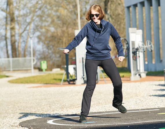Patientin trainiert an den Outdoor Fitnessgeräten