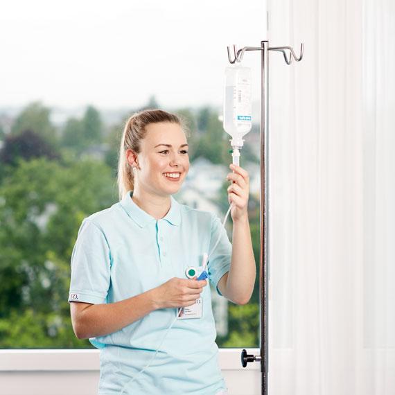 Pflegefachfrau stellt Infusion ein